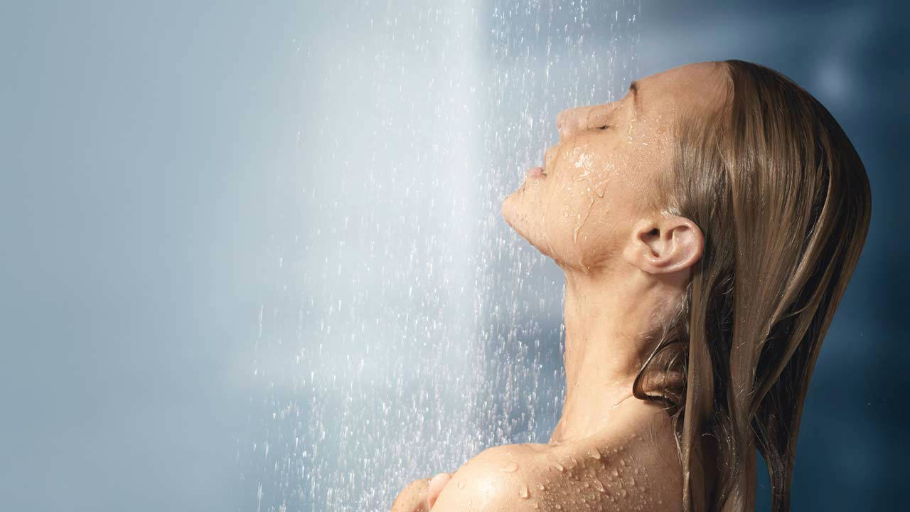 صورة الاستحمام بالماء الساخن , فؤائد تحببك فى الدش الساخن